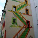 Fachada pintada: Escaleras entre ventanas