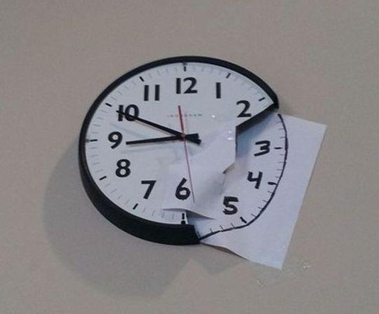 reloj de pared arreglado con una hoja de papel pintada