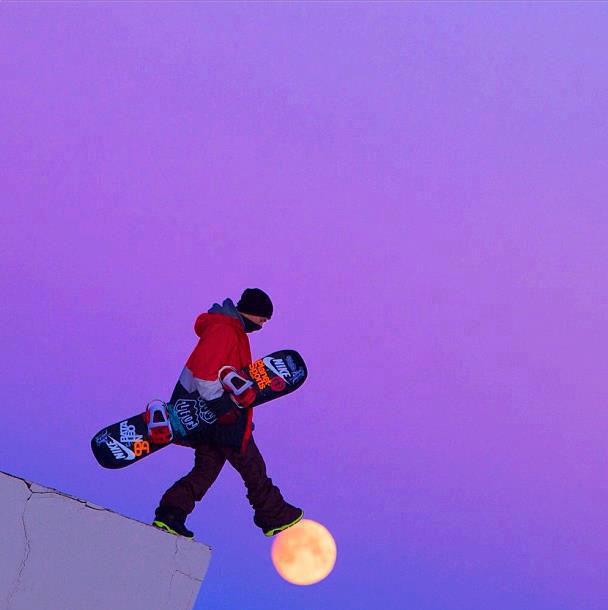 snowboarder caminando sobre la luna