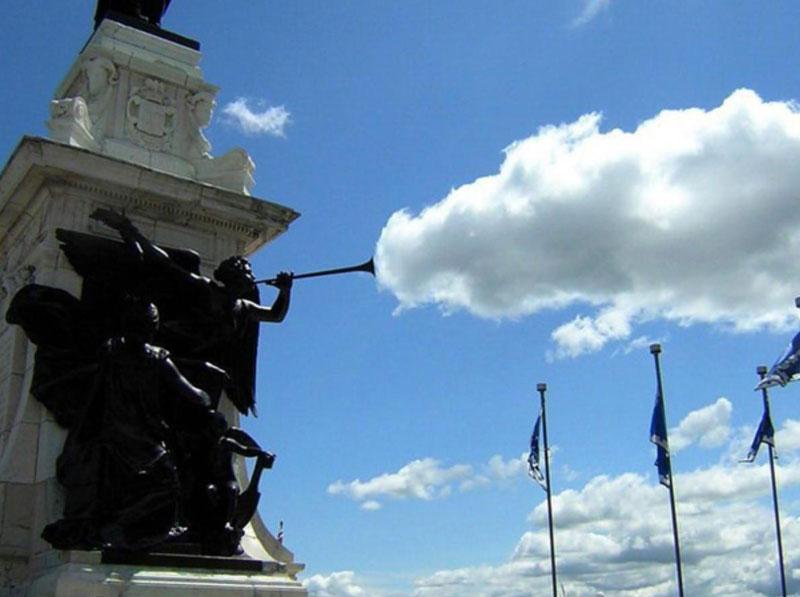 trampantojo estatua con trompeta echando humo nube