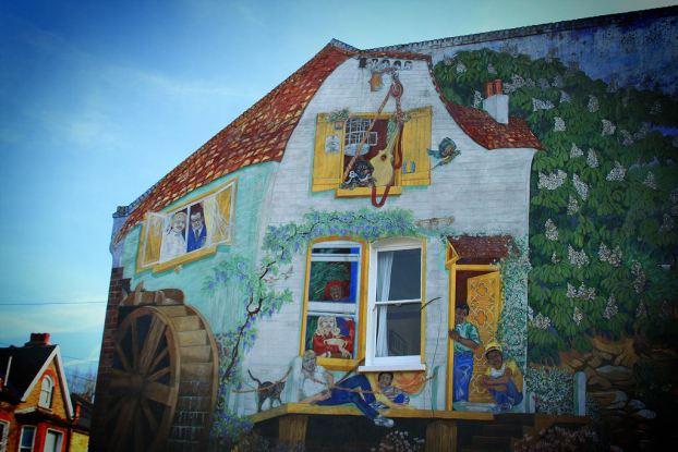 fachada pintada - ventanas y molino