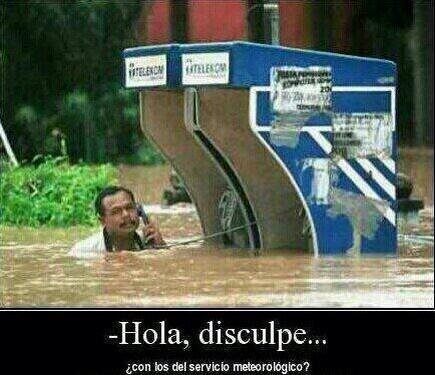 inundacion cabina telefonica con los del servicio meteorologico