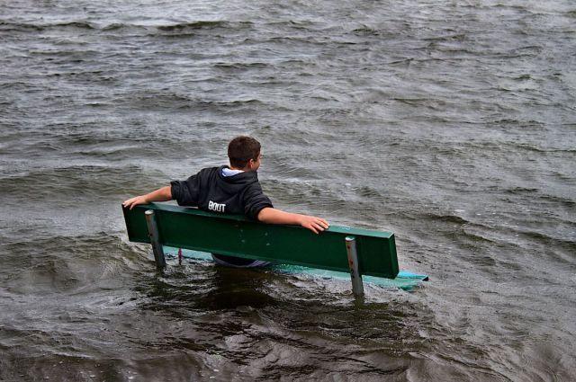 sentando en un banco en medio del agua