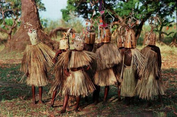 tribu trajes de ramas y cabeza cubierta