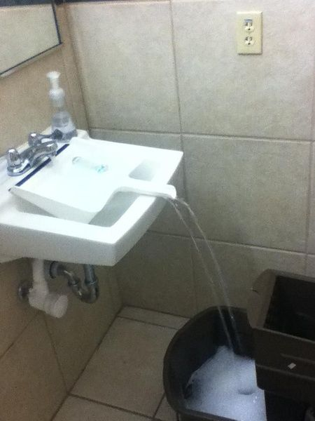 truco lavabo recogedor agua cubo