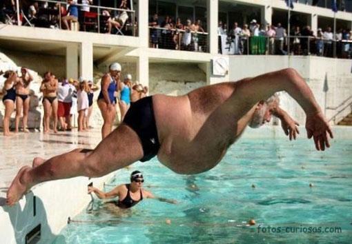 gordo tirandose de plancha a una piscina