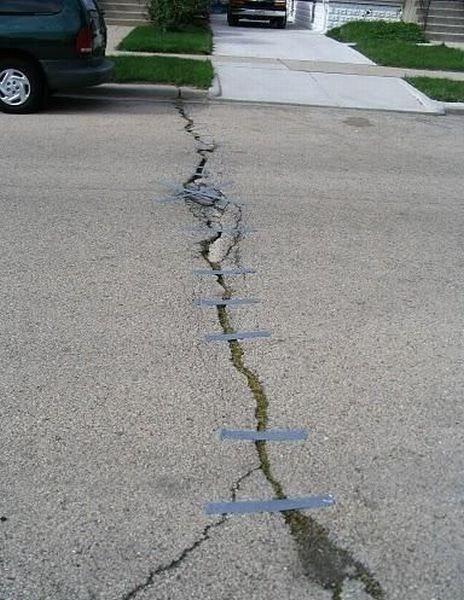 grieta en la carretera pegada con cinta aislante