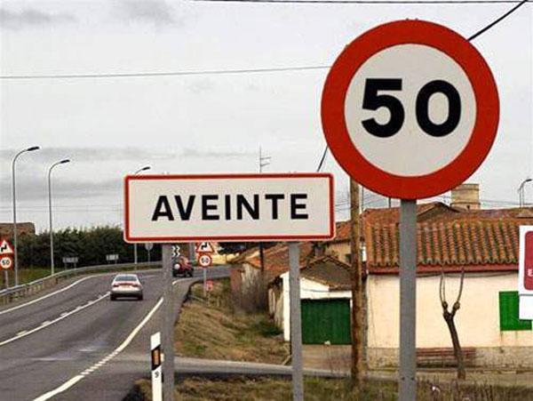 paradoja señal trafico 50 Km localidad AVEINTE