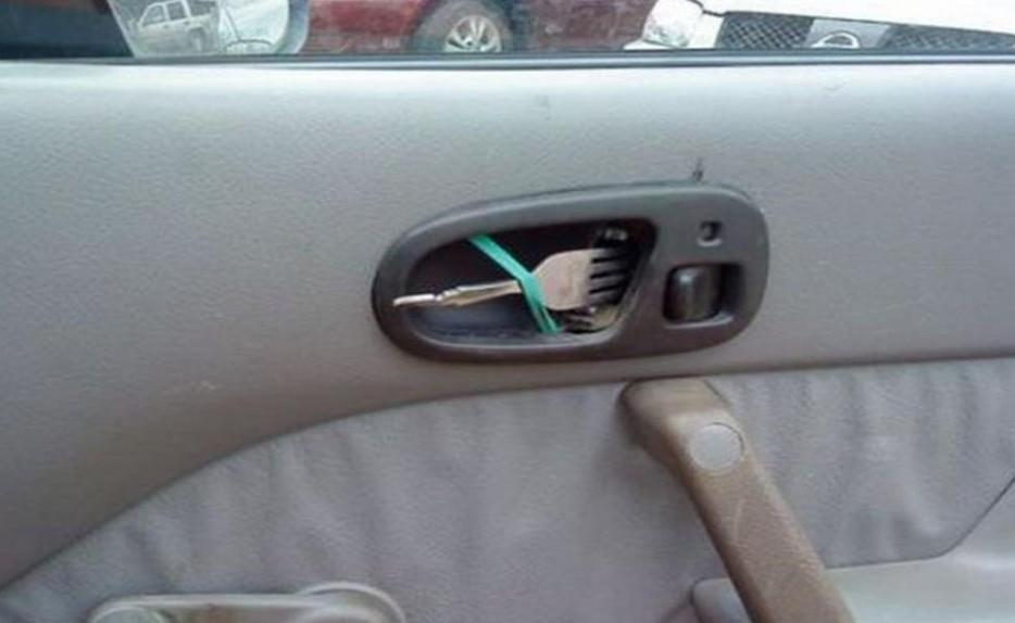tenedor en lugar de manilla para abrir la puerta de coche