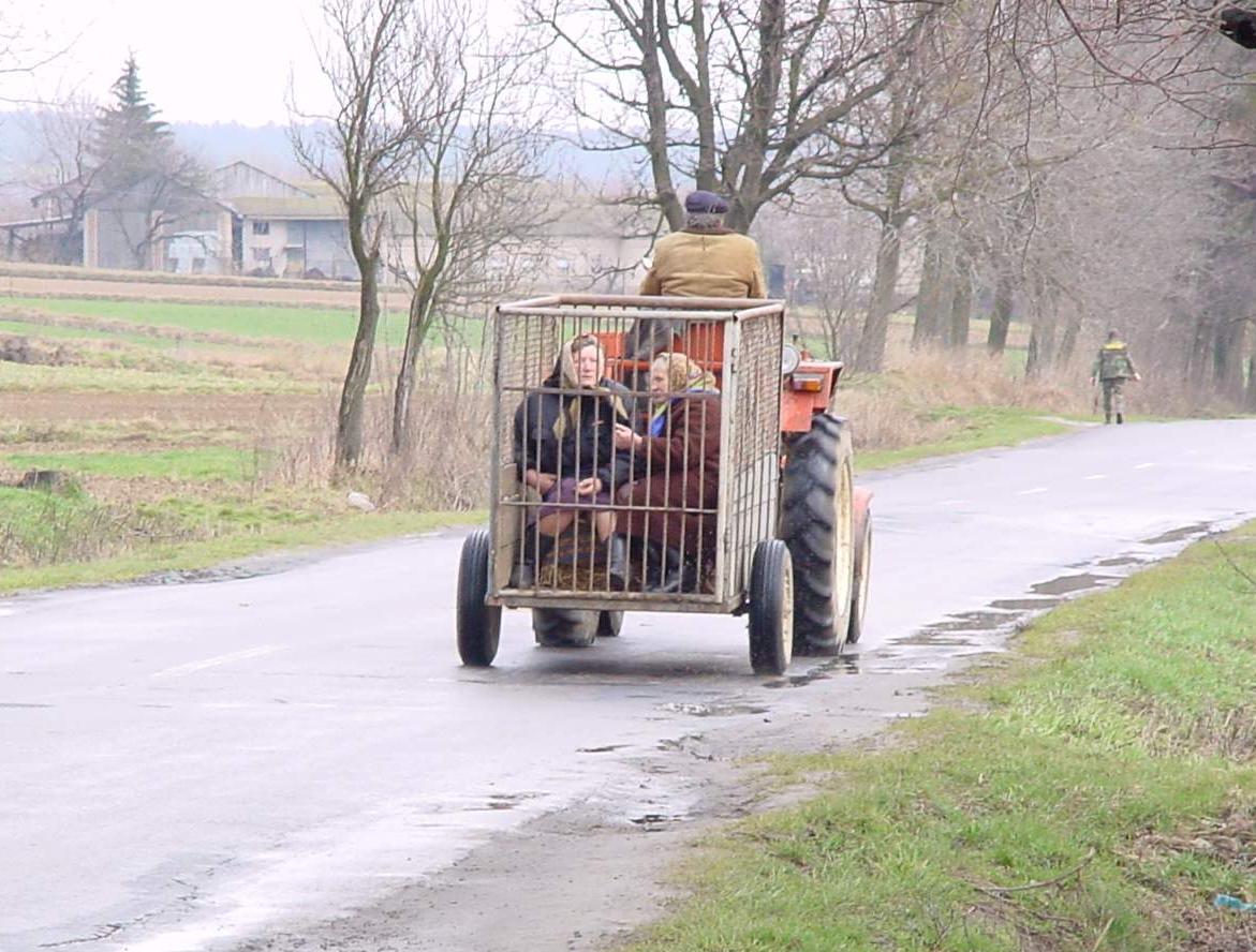tractor con remolque con 2 viejas