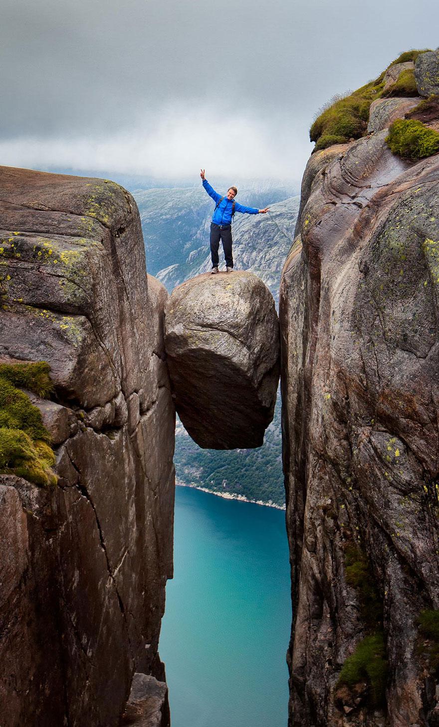 subido en una piedra al borde del abismo