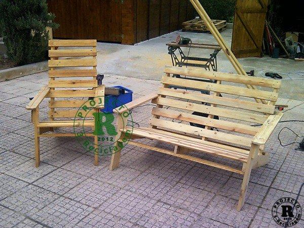 banco y silla con palés