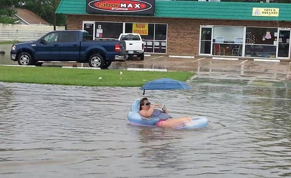 chica en colchoneta en medio de la riada