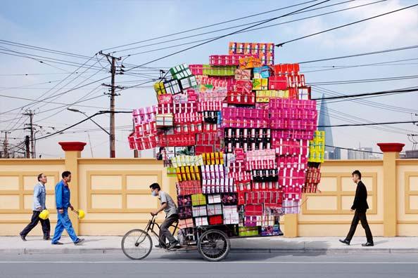 ciclista con un monton de botellas en el remolque