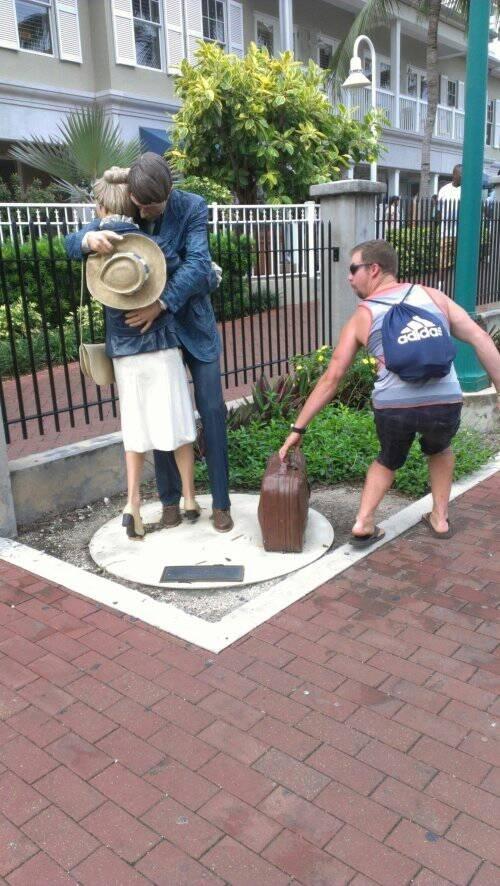 Robándole la maleta a la estatua