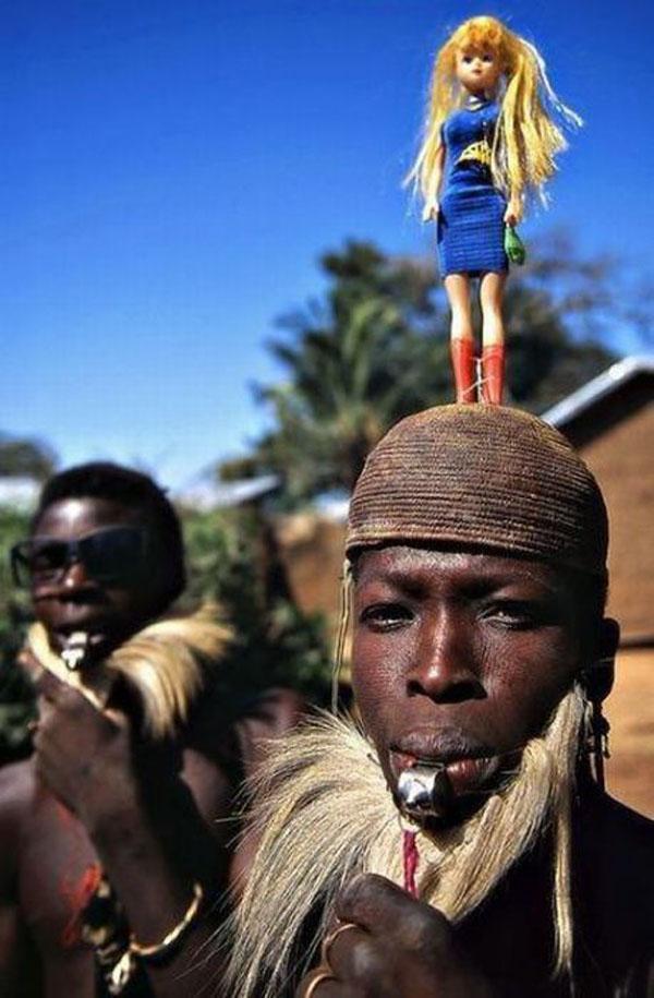 tribu con muñeca en cabeza