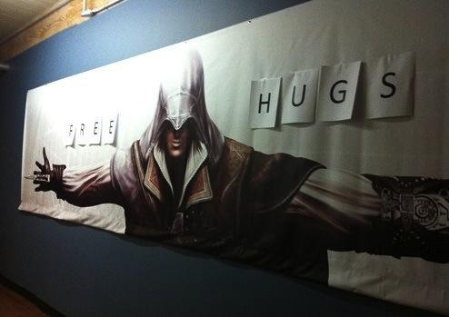 anuncio assasins creed free hugs abrazos gratis