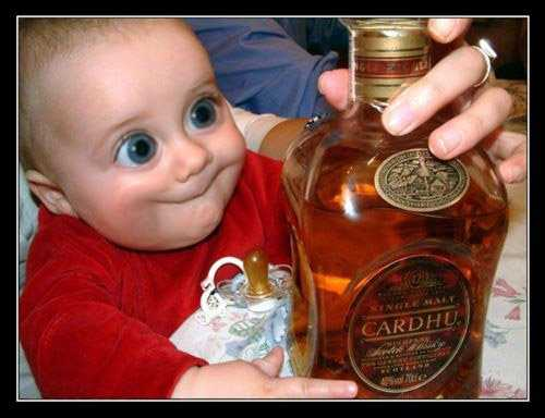 bebe con ojos saltones botella de cardhu
