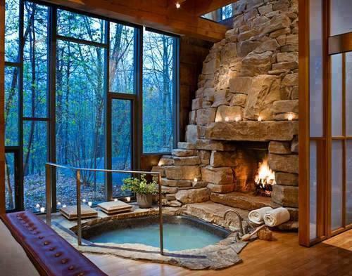 casa con piscina al lado de la chimenea