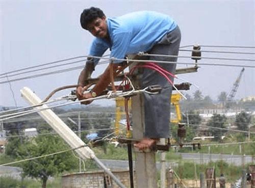 electricista trabajando con cables de alta tension sin proteccion