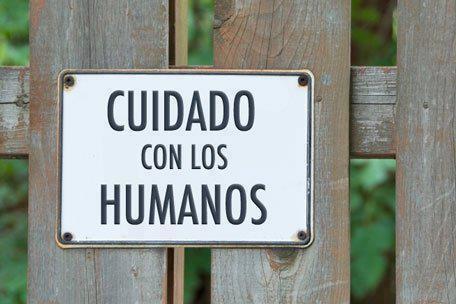 cartel cuidado con los humanos