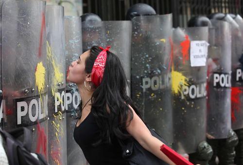 chica lanzando besos a policia