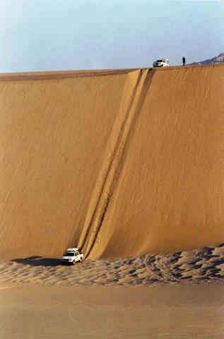 coches 4x4 bajando por duna