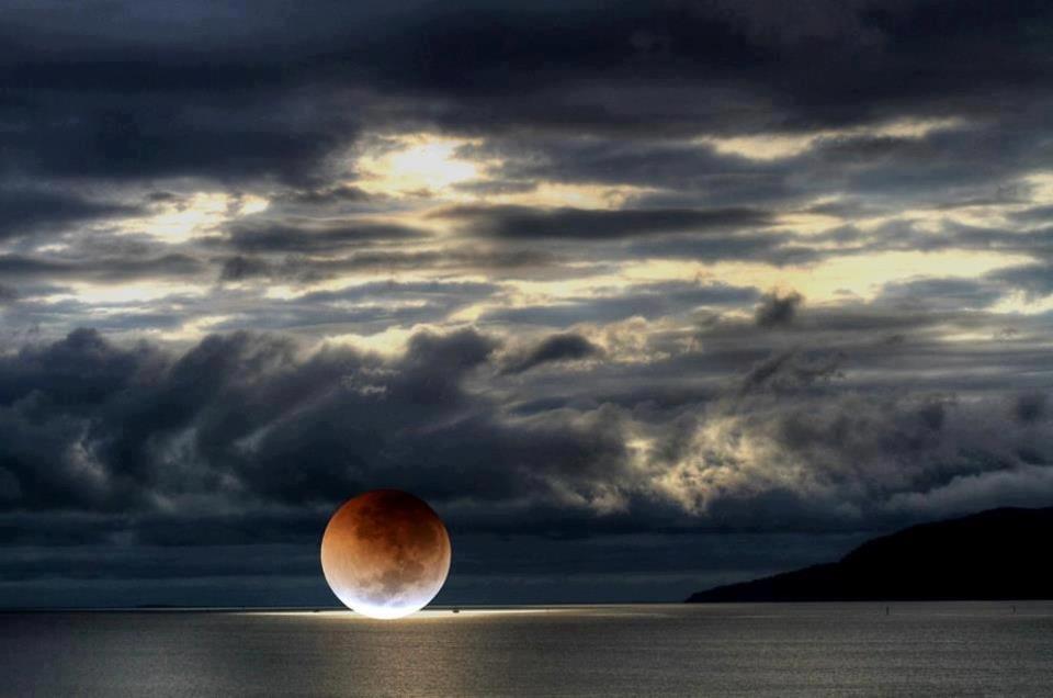 paisaje luna sobre el mar