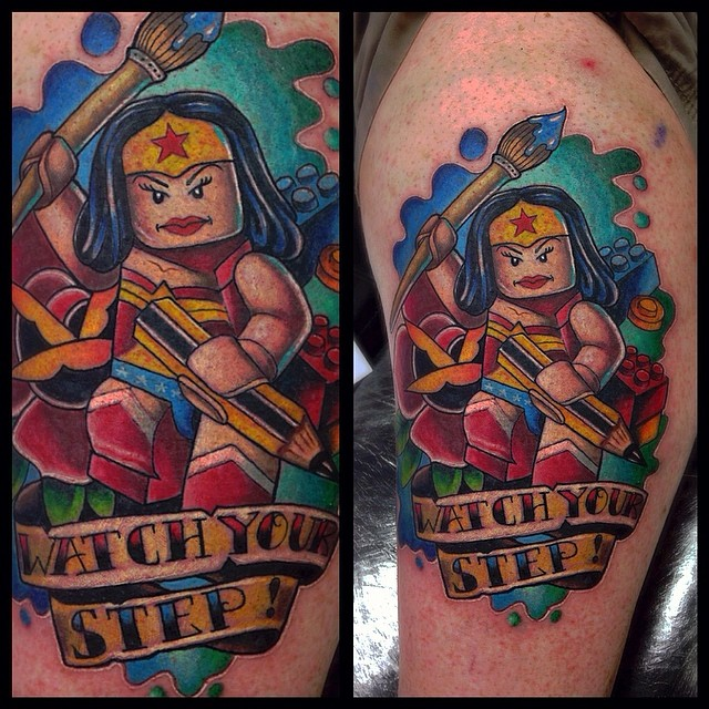 tatuaje mujer lego watch your step