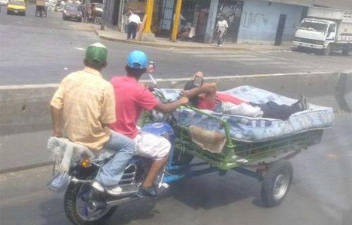 moto con carro colchon hombre durmiendo
