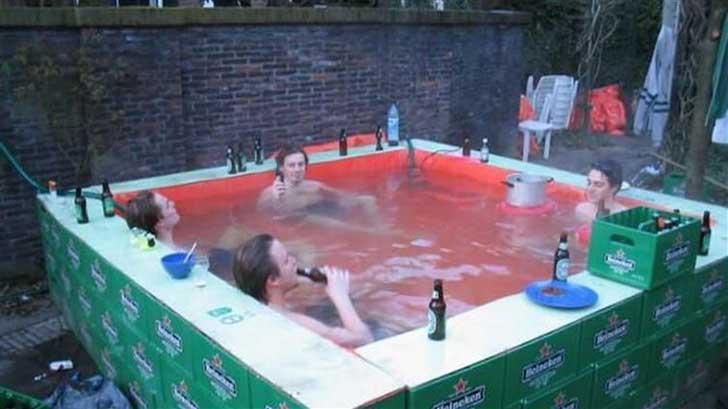 piscina con cajas de heineken