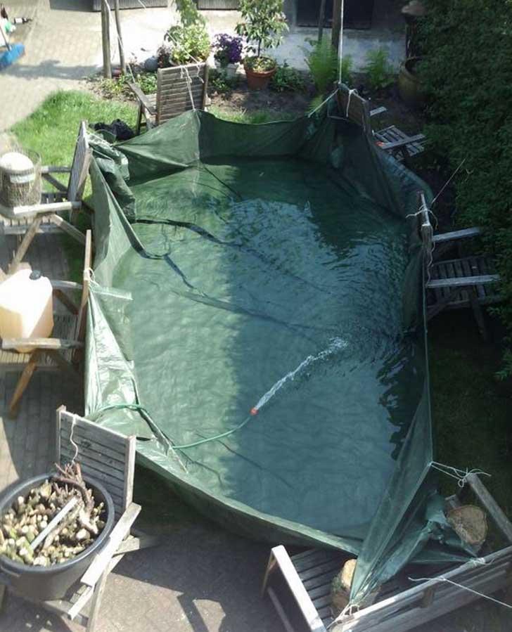 piscina con lona sujetada por sillas
