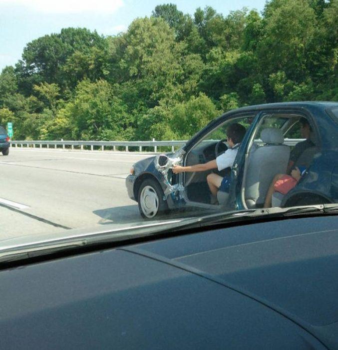 conduciendo un coche sin puertas