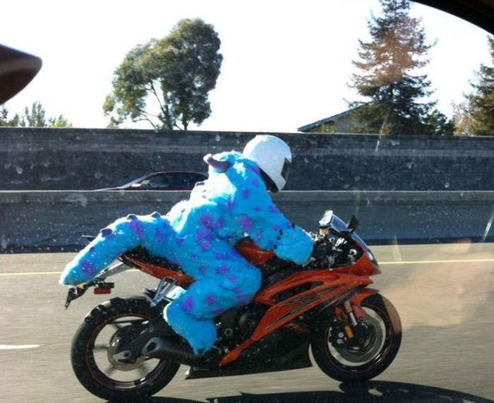 disfrazado de dinosaurio en una moto