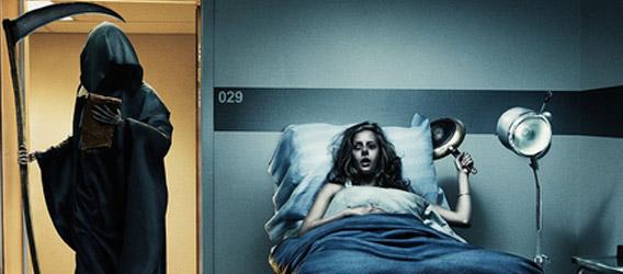 muerte entrando en habitacion de hospital y mujer convalenciente con sarten