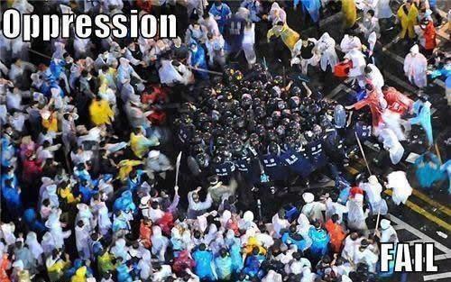 policia acorralada en manifestacion oppression fail