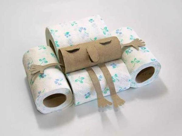 Arte casero - Señor sentado en su sofá con rollos de papel de cocina