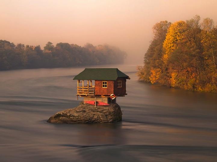 Caseta en mitad del río