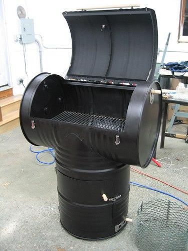 Barbacoa con barriles metálicos