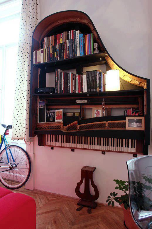 piano de cola reconvertido en estanteria