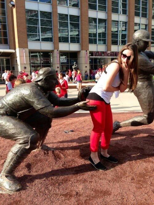estatua tocandole el culo a una chica