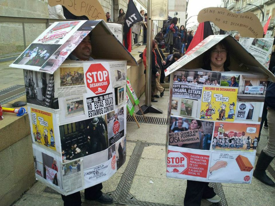 manifestacion stop desahucios manifestantes en casas de carton