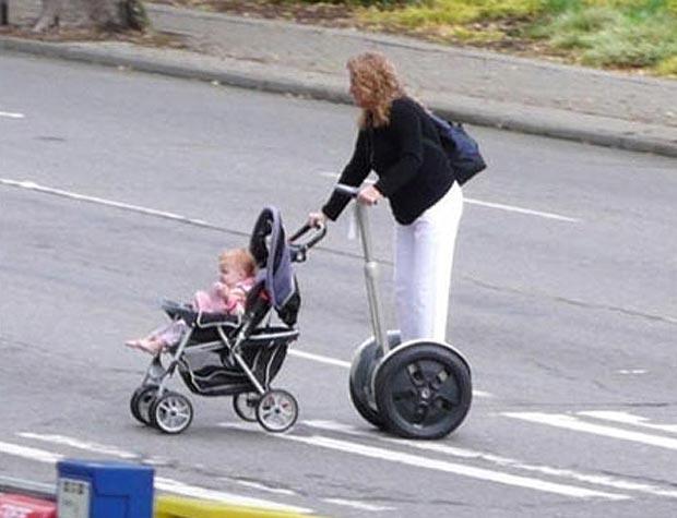 llevando el carrito del bebe con segway