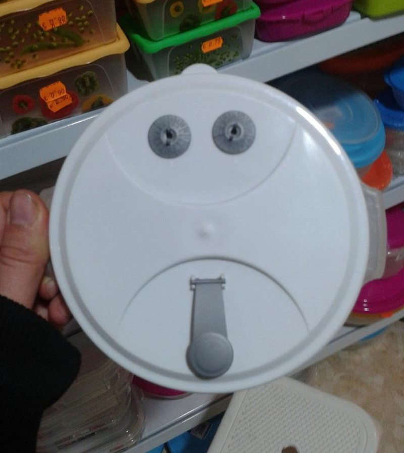 cosas que parecen caras tupperware triste