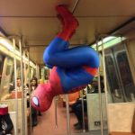 Spiderman en su medio de transporte favorito