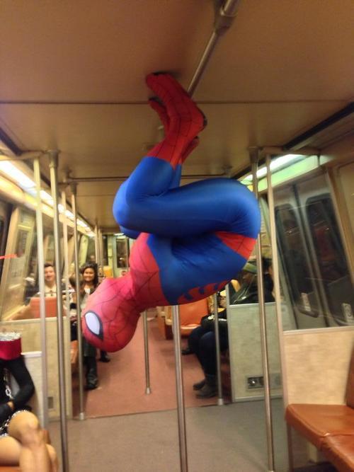Spiderman en su medio de transporte favorito