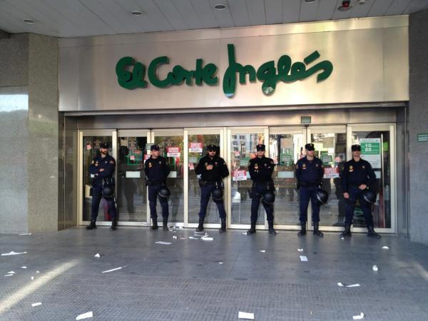 Policía custodiando El Corte Inglés