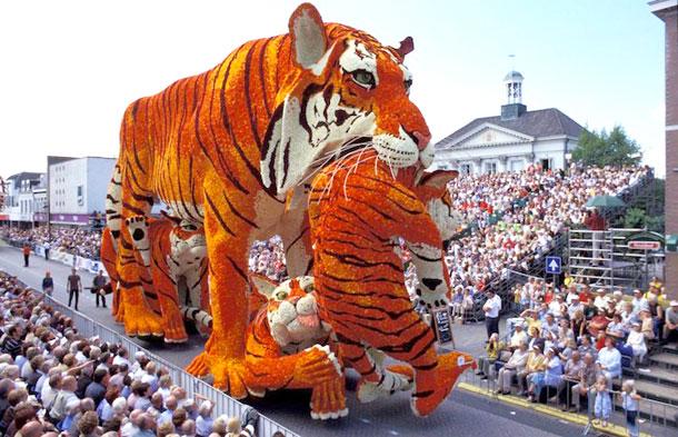 Tigre gigante realizado con flores