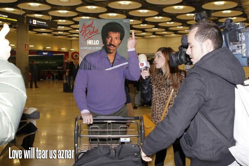 Luis Barcenas peineta Portada Leonel Ritchie Hello