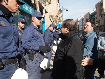 La policía protegiendo a la banca